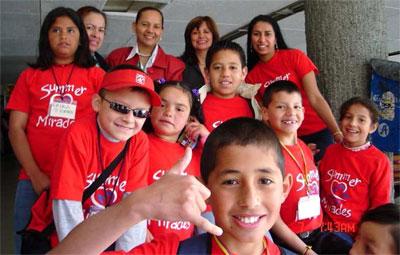 Gruppe von kindern vor dem abflug in die usa hintere reihe 3 von
